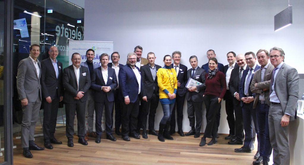"""Zu den Schwerpunkten """"Mobilität"""", """"Vernetzung"""" und """"Verknappung"""" trafen sich Wolfgang Kradischnig (DELTA), Klaus Wenger-Oehn (VOLKSWOHNUNGSWERK), Andreas Reittinger (VOLKSWOHNUNGSWERK), Daniel Grossmann (Minewerk), Josef Ostermayer (SOZIALBAU), Hannes Stangl (SOZIALBAU), Karl Friedl (M.O.O.CON), Christoph M. Achammer (ATP), Thomas Madreiter (Stadt Wien), Margot Grim (e7 Energie), Michael Baert (IFA), Peter Ulm (6B47), Klaus Wolfinger (Wolfinger Consulting), Helene Fink (IG Lebenszyklus Bau), Klaus Reisinger (iC consulenten ZT), Erich Thewanger (KPMG), Berthold Lindner (Heid & Partner Rechtsanwälte), Ferdinand Harnoncourt-Unverzagt (BIG) und Stephan Heid (Heid & Partner Rechtsanwälte) (v.l.n.r.)."""
