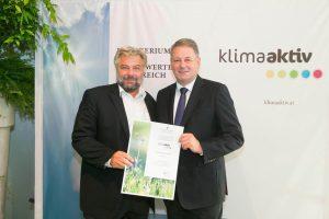 2015 wird die IG LEBENSZYKLUS BAU klima aktiv Partner: Karl Friedl bei der offiziellen Überreichung der Urkunde durch Bundesminister Andrä Rupprechter in Wien.