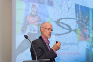 Skilegende Toni Innauer eröffnet den 5. Kongress 2015 und überträgt das ständige Wechselspiel zwischen individueller Leistung und Teamgeist, Kooperation und Konfrontation aus der Welt des Sports in die Bauwirtschaft.