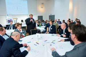 Eine der ersten World Café-Runden, ein von der IG LEBENSZYKLUS BAU bis heute erfolgreich angewendetes Format zur Erarbeitung von Leitfäden und Publikationen. Dem Prinzip, bereichs- und phasenübergreifend an einem Tisch zu arbeiten, blieb man bis heute treu. Das Ergebnis kann sich sehen lassen: Getragen von rund 300 Unternehmen, die sich laufend an den Arbeitsgruppen des Vereins beteiligen, sind auf diesem Weg bisher rund 30 Leitfäden und Fachpublikationen entstanden.